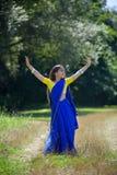 Behandla som ett barn lite flickan som är iklädd en sari av indisk kultur arkivfoton
