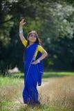 Behandla som ett barn lite flickan som är iklädd en sari av indisk kultur royaltyfri foto