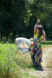 Behandla som ett barn lite flickan som är iklädd en sari av indisk kultur royaltyfri bild
