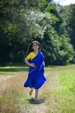Behandla som ett barn lite flickan som är iklädd en sari av indisk kultur fotografering för bildbyråer