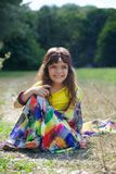 Behandla som ett barn lite flickan som är iklädd en sari av indisk kultur royaltyfria foton