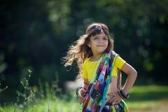 Behandla som ett barn lite flickan som är iklädd en sari av indisk kultur royaltyfri fotografi