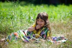 Behandla som ett barn lite flickan som är iklädd en sari av indisk kultur royaltyfria bilder