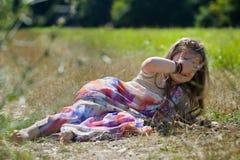 Behandla som ett barn lite flickan som är iklädd en sari av indisk kultur arkivfoto