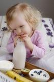 Behandla som ett barn lite flickan som äter den sunda frukosten Royaltyfria Bilder