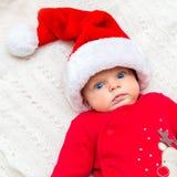Behandla som ett barn lite flickan i den santa hatten Arkivfoto