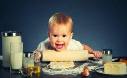 Behandla som ett barn lite flickan lagar mat som bakar Royaltyfria Bilder