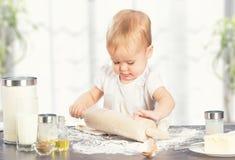 Behandla som ett barn lite flickan lagar mat som bakar Arkivbilder