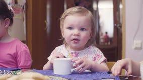 Behandla som ett barn lite flickan som äter kakor arkivfilmer