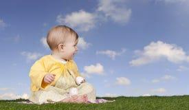Behandla som ett barn lite flickan med easter ägg Royaltyfri Bild