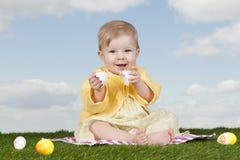 Behandla som ett barn lite flickan med easter ägg Royaltyfria Bilder