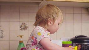 Behandla som ett barn lite flickan som spelar med koppar lager videofilmer