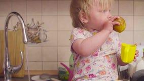 Behandla som ett barn lite flickan som spelar med vatten lager videofilmer