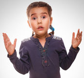 Behandla som ett barn lite förvånat förbluffat upphetsat hjälplöst för flicka Royaltyfri Fotografi