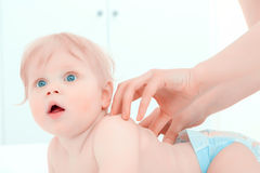 Behandla som ett barn lite ha en massage Arkivfoton