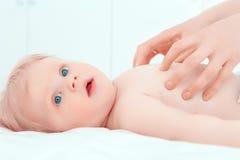 Behandla som ett barn lite ha en massage Arkivbild