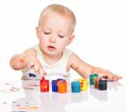 Behandla som ett barn lite målarfärg vid hans händer Arkivfoto