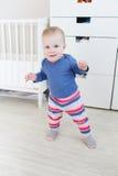 Behandla som ett barn lite 10 månader som tar dess första steg Arkivbild