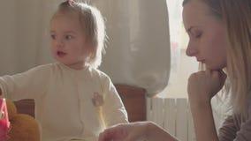 Behandla som ett barn lite med mamman Modern och dottern spelar tillsammans arkivfilmer
