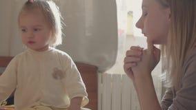 Behandla som ett barn lite med mamman Modern och dottern spelar tillsammans stock video
