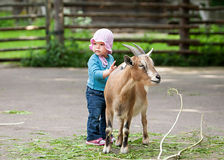 Behandla som ett barn lite med ungen i by Royaltyfria Foton