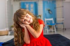 Behandla som ett barn lite olika sinnesrörelser för flickacloseupshower Royaltyfri Fotografi