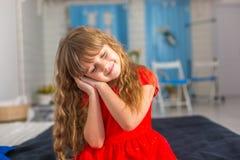 Behandla som ett barn lite olika sinnesrörelser för flickacloseupshower Arkivfoto