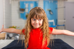 Behandla som ett barn lite olika sinnesrörelser för flickacloseupshower Arkivbilder