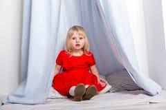Behandla som ett barn lite olika sinnesrörelser för flickacloseupshower Fotografering för Bildbyråer