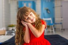 Behandla som ett barn lite olika sinnesrörelser för flickacloseupshower Arkivfoton