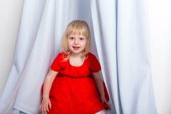 Behandla som ett barn lite olika sinnesrörelser för flickacloseupshower Royaltyfria Foton