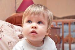 Behandla som ett barn lite pojken Royaltyfri Foto
