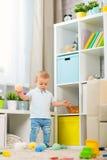 Behandla som ett barn lite pojken hemma i ett rum i inre Royaltyfri Fotografi