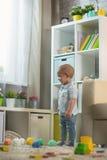 Behandla som ett barn lite pojken hemma i ett rum i inre Fotografering för Bildbyråer