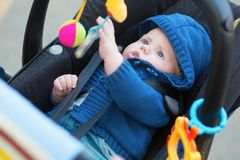 Behandla som ett barn lite pojken i en sittvagn Arkivfoton