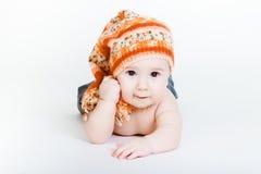 Behandla som ett barn lite pojken i stuckit posera för hatt royaltyfri bild