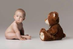 Behandla som ett barn lite pojken med nallebjörnen royaltyfri fotografi