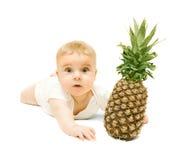 Behandla som ett barn lite pojken och ananas royaltyfria bilder