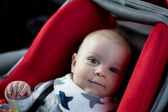 Behandla som ett barn lite pojken och hans äldre broder som reser i bilsäten, G Royaltyfria Foton