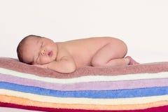 Behandla som ett barn lite pojken som sover Arkivfoton
