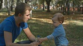 Behandla som ett barn lite pojken som tar bubblor från fader och, går bort Royaltyfri Foto