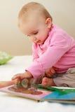 behandla som ett barn liten avläsning Royaltyfria Foton