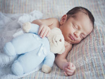behandla som ett barn little som är nyfödd Arkivbilder