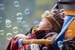 behandla som ett barn lycklig snow Royaltyfri Fotografi