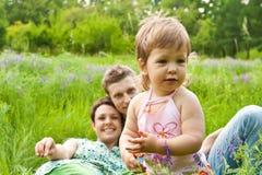 behandla som ett barn lyckliga föräldrar Fotografering för Bildbyråer