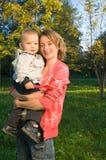 behandla som ett barn lyckliga föräldrar Royaltyfri Foto