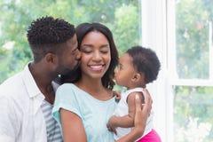 behandla som ett barn lyckliga föräldrar för flickan Royaltyfria Foton