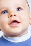 behandla som ett barn lyckliga gulliga ögon för den blåa pojken Royaltyfri Foto