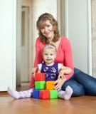 behandla som ett barn lyckliga moderspelrum Arkivbild
