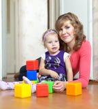 behandla som ett barn lyckliga moderspelrum Royaltyfria Bilder